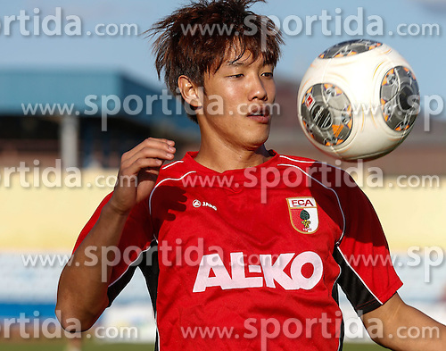 11.01.2014, Maspalomas, Gran Canaria, ESP, 1. FBL, FC Augsburg, Trainingslager, im Bild Jeong-Ho Hong (FC Augsburg #20) fixiert den Ball, Aktion, Einzelbild, angeschnitten, angeschnittenes Einzelmotiv, Halbfigur, halbe Figur, quer, Querformat, horizontal, landscape, // during the Trainingscamp of German Bundesliga Club FC Augsburg at the Maspalomas in Gran Canaria, Spain on 2014/01/11. EXPA Pictures &copy; 2014, PhotoCredit: EXPA/ Eibner-Pressefoto/ Krieger<br /> <br /> *****ATTENTION - OUT of GER*****