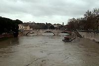 Roma 8 Gennaio 2010.Il fiume Tevere in piena per le piogge all'Isola  Tiberina..Rome 8 January 2010.The river Tiber in flood  for the rains, the Tiberina  Island.