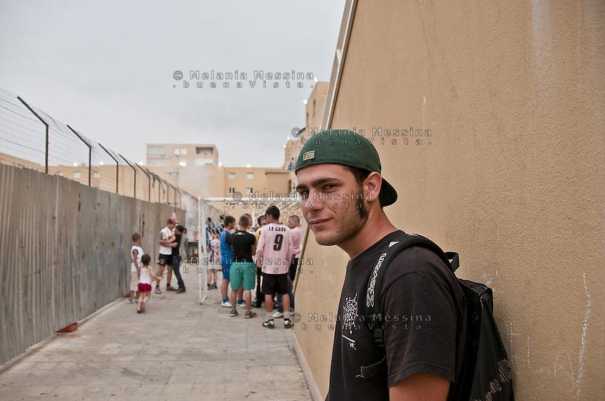 Palermo, a young boy living in Zen district, precarious worker and rapper.<br /> Palermo, Domenico ragazzo dello Zen, fa lavori precari, cantante rap, scrive i testi delle canzoni che canta affrontando i temi del disagio sociale nel quartiere.