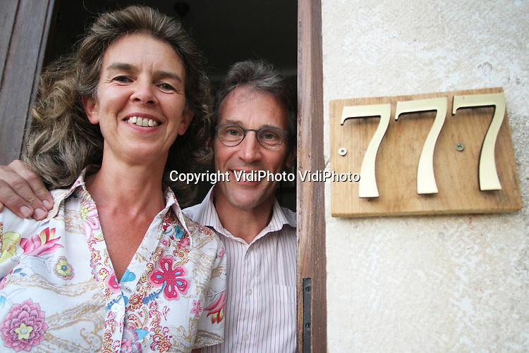 Foto: VidiPhoto...TOURNUS - Truus en Joan Koster, eigenaren van de voormalige wijnboerderij en Chambres d' Hotes La Montagne in Tournus, Frankrijk. Joan en Truus Koster uit Nederland runnen daar de stichting L'Abri, waar christelijke jongeren een time-out kunnen houden. La Montagne ligt precies 777 kilometer van hun oude woonplaats Rhenen in Nederland. Ze hebben onlangs van de gemeente toestemming gekregen om hun huisnummer te veranderen in 777.