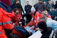 Roma  25 Novembre 2013<br /> Staminali, la protesta dei malati.<br />  Il movimento di sostegno al trattamento con cellule staminali pro-Stamina manifesta  nel centro di Roma. Gli attivisti della associazione 'Civico 117A' hanno invaso Via del Tritone e Via del Corso, vicino al Palazzo Chigi, bloccando il traffico. I manifestanti cercano di raggiungere l'entrata del Parlamento,ma vengono bloccati dalla polizia.I sanitari soccorono una manifestante colta da malore<br /> Roma, Italy. 25th November 2013 -- The pro-Stamina stem cell treatment support movement demonstrates in the center of Rome. Activists of the 'Civic 117A' association have invaded Via del Tritone and Via del Corso, near the Chigi Palace, blocking traffic. The protesters trying to reach the entrance of the Parliament, but are blocked by police. The medical succor a protester struck by illness