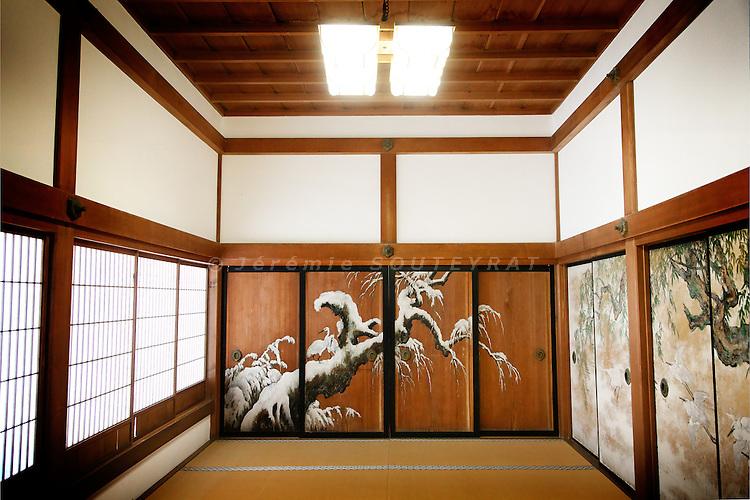 (En) January 2010 - Koyasan, Japan. At Kongobuji. In this room, whose sliding walls were painted by Kano Santai, Toyotomi Hidetsugu committed suicide (seppuku or hara-kiri) in 1595 by request of his uncle, a powerful lord. (Fr) Janvier 2010 - Koyasan, Japon. Dans le Kongobuji. C'est dans cette piece, aux murs peints par Kano Tansai, que le samourai Toyotomi Hidetsugu se suicida en 1595 sur demande de son oncle alors au pouvoir.