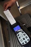 Società Idrokalor. Prevenzione degli incidenti domestici. Controlli per la sicurezza domestica. Tecnico specializzato controlla il funzionamento della caldaia a gas per il riscaldamento della casa.Analisi dei fumi di combustione del bruciatore della caldaia per la sicurezza e salvaguardia dell'ambiente..Idrokalor company. Prevention of domestic accidents.Controls for domestic security. Technical specialist worker controls the operation of the gas boiler for heating the house.
