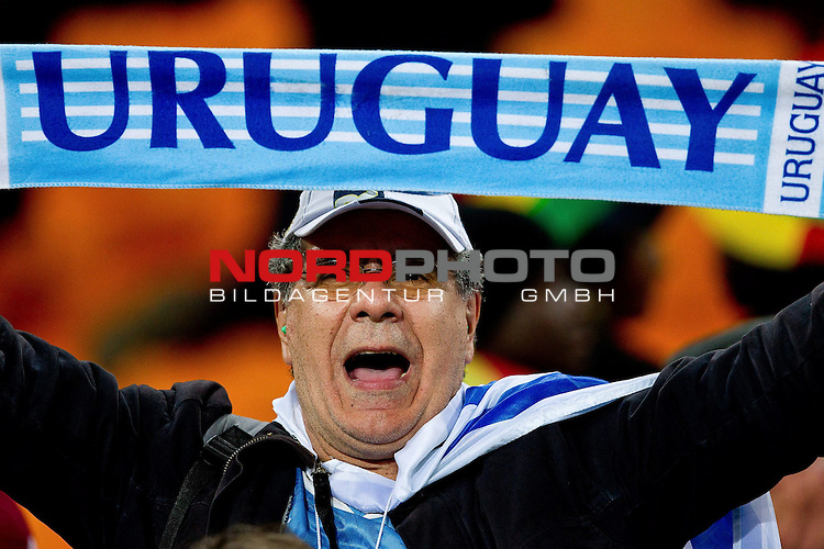 02.07.2010, Soccer City Stadium, Johannesburg, RSA, FIFA WM 2010, Viertelfinale, Uruguay (URU) vs Ghana (GHA) im Bild Fans of Uruguay celebrate after penalty shots,  Foto: nph /   Vid Ponikvar, ATTENTION! Slovenia OUT *** Local Caption *** Fotos sind ohne vorherigen schriftliche Zustimmung ausschliesslich f&uuml;r redaktionelle Publikationszwecke zu verwenden.<br /> <br /> Auf Anfrage in hoeherer Qualitaet/Aufloesung
