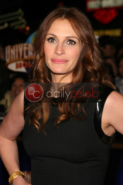 Julia Roberts<br />at the World Premiere of &quot;Charlie Wilson's War&quot;. CityWalk Universal Studios, Universal City, CA. 12-10-07<br />Dave Edwards/DailyCeleb.com 818-249-4998