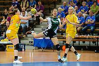 Sabrina Neuendorf (VFL) im Sprungwurf gegen links Karolina Kudlacz und links Mette Ommundsen (beide HCL)