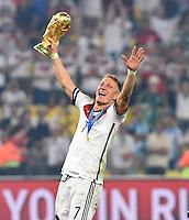 FUSSBALL WM 2014                       FINALE   Deutschland - Argentinien     13.07.2014 DEUTSCHLAND FEIERT DEN WM TITEL: Bastian Schweinsteiger jubelt mit dem WM Pokal