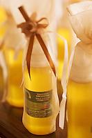 Afrique/Afrique du Nord/Maroc/Env d'Essaouira: Dans une coopérative agricole préparant de l'huile d'argan artisanale -  Bouteilles d'huile d'argan pour usage cosmétique