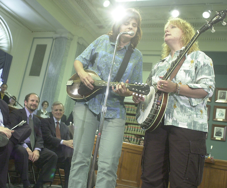 Indigo.2(TW)060800 -- The Indigo Girls play at a press conference supporting the Low Power Radio Coalation as Senators Wellstone and Kerrey look on.  The oraganization supports the idea that the federal government should do everything in it's power to maximize access to FM radio on behalf of community groups, churches, educational institutions and local governments.