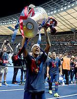 FUSSBALL  CHAMPIONS LEAGUE  FINALE  SAISON 2014/2015   Juventus Turin - FC Barcelona                 06.06.2015 Der FC Barcelona gewinnt die Champions League 2015: Neymar  jubelt mit dem Pokal