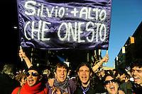 Roma 5 Dicembre 2009.No Berlusconi  Day.Manifestazione  per chiedere le dimissioni di Silvio Berlusconi e del suo Governo,la manifestazione è stata  organizzata dai blogger..Rome, December 5, 2009.No Berlusconi Day.Demonstrations  to demand the resignation of Silvio Berlusconi and Berlusconi's government, the event was organized by bloggers ..the banner reads: Silvio +high that honest