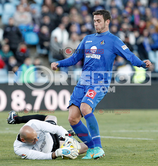 Getafe's Alvaro Vazquez (r) and Malaga's Willy Caballero during La Liga match.December 01,2012. (ALTERPHOTOS/Acero) ©/NortePhoto