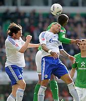 FUSSBALL   1. BUNDESLIGA   SAISON 2011/2012   34. SPIELTAG SV Werder Bremen - FC Schalke 04                       05.05.2012 Tim Hoogland (li) und Jermaine Jones (Mitte, beide FC Schalke 04) gegen Naldo (hinten, SV Werder Bremen)