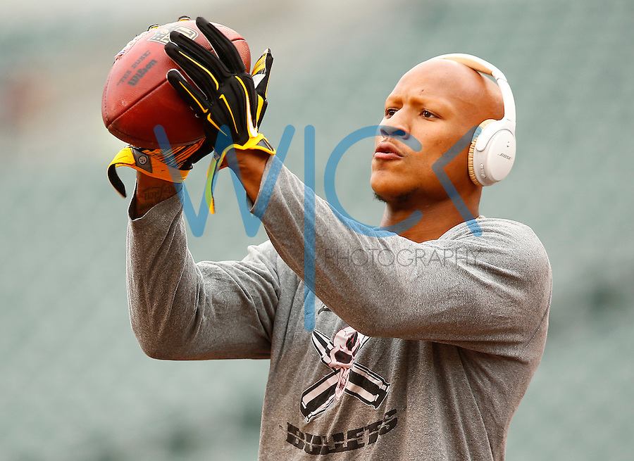 Ryan Shazier #50 of the Pittsburgh Steelers warms up prior to the game against the Cincinnati Bengals at Paul Brown Stadium on December 12, 2015 in Cincinnati, Ohio. (Photo by Jared Wickerham/DKPittsburghSports)