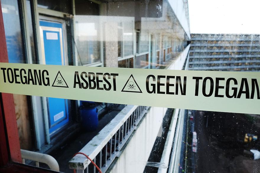 Nederland, Amsterdam, 1 nov 2014<br /> De Flat. Bijlmerflat Kleiburg wordt gerenoveerd en alle appartementen worden als casco verkocht. Kopers moeten die zelf afbouwen naar eigen smaak. Onderdeel van de renovatie is dat al het asbest uit de flat wordt verwijderd.<br /> Foto: (c) Michiel Wijnbergh