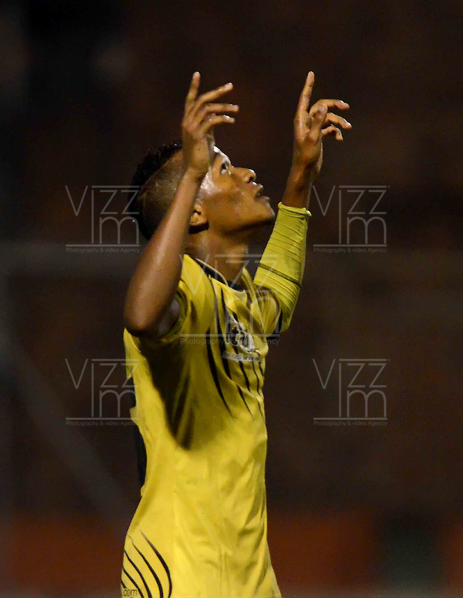 ENVIGADO - COLOMBIA-24-10-2013: Luis Quiñones jugador de Itagüi Ditaires de Colombia celebra el gol anotado durante partido en el estadio Polideportivo Sur de la ciudad de Envigado, octubre 24 de 2013. Itagüi Ditaires y Coritiba durante partido de vuelta por la Copa Total Suramericana 2013. (Foto: VizzorImage / Luis Rios / Str).  Luis Quiñones player of Itagüi Ditaires from Colombia celebrates a goal scored during a match at the Polideportivo Sur Stadium in Envigado city, October 24, 2013. Itagüi Ditaires and Coritiba during a return match for the Total Suramericana Cup 2013. (Photo: VizzorImage / Luis Rios / Str).