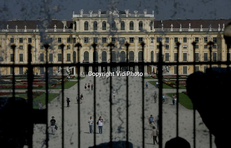 Foto: VidiPhoto.WENEN - Slot Schönbrunn in Wenen trekt ieder jaar meer dan een miljoen bezoekers. Het huidige uiterlijk kreeg het slot onder Maria Theresia. De pronkzalen zijn in rococostijl uitgevoerd. Op het hoogste punt van het slotpark is de Gloriette, een overwinningsmonument, gebouwd. De meeste bekendheid kreeg het kasteel als onderkomen van keizer Franz Jozef II en zijn vrouw keizerin Elisabeth (Sissi). Mozart hield op zesjarige leeftijd in het slot zijn eerste concert.