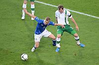 FUSSBALL  EUROPAMEISTERSCHAFT 2012   VORRUNDE Italien - Irland                       18.06.2012 Ignazio Abate (li, Italien) gegen Glenn Whelan (re, Irland)