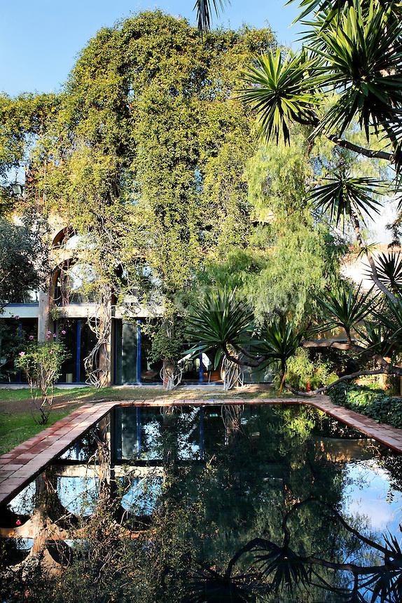House of corbero xavier barcelona spain dlux images for Barcelona pool garden 4