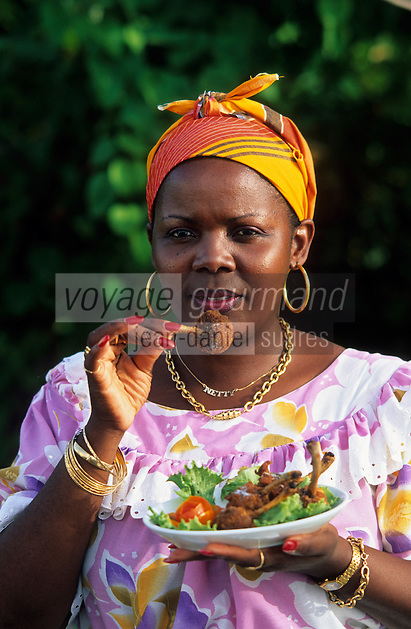 Europe/France/DOM/Antilles/Petites Antilles/Guadeloupe/Pointe-à-Pitre : Netty Foggea déguste ses croustilles de poulet lors de la fête des cuisinières
