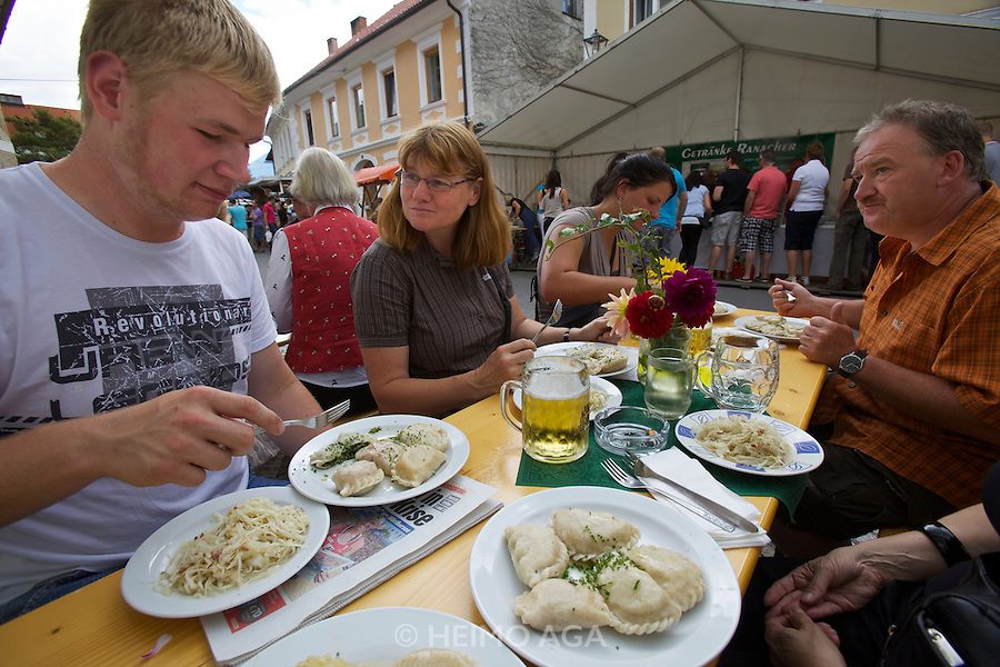 Kärntnernudelfest (Carinthian Dumplings Festival) in Oberdrauburg 2011. German tourists with their Kasnudeln.