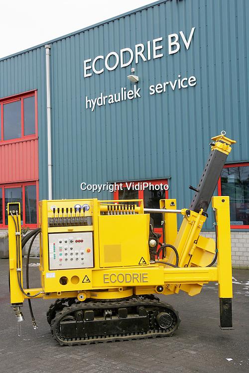 Foto: VidiPhoto..WIJCHEN - Op het terrein van Eco-3 in Wijchen staan de nieuwste heimachines. De modellen worden steeds compacter.