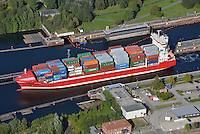 Feeder Schiff Frederik in der Kanalschleuse Kiel Holtenau: EUROPA, DEUTSCHLAND, SCHLESWIG- HOLSTEIN,  (GERMANY), 06.09.2013: Kanalschleuse Kiel, noerdliches Ende des Nord-Ostsee-Kanal (NOK), internationaler Name Kiel-Canal, wurde zwischen 1887-1895 gebaut (Erweiterung 1907-14) und ist fast 100 km lang. Der NOK ist eine Bundeswasserstrasse und der meistbefahrene Kanal der Welt.