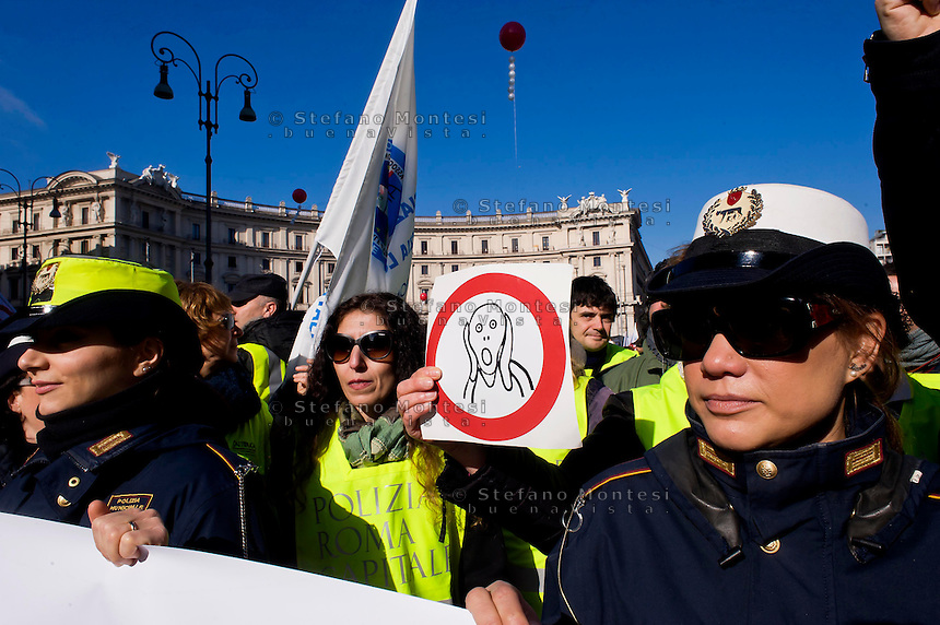 Roma 12 Febbraio 2015<br /> Manifestazione nazionale della Polizia Municipale per chiedere alle istituzioni una  modifica normativa  della Polizia locale e in solidariet&agrave; della Polizia  municipale di Roma, in rivolta contro l&rsquo;ordinanza anti corruzione.<br /> Rome, Italy. 12th February 2015<br /> National demonstration of the Municipal Police to ask the institutions regulatory change of the local police and in solidarity municipal police of Rome, in revolt against the order of anti-corruption.