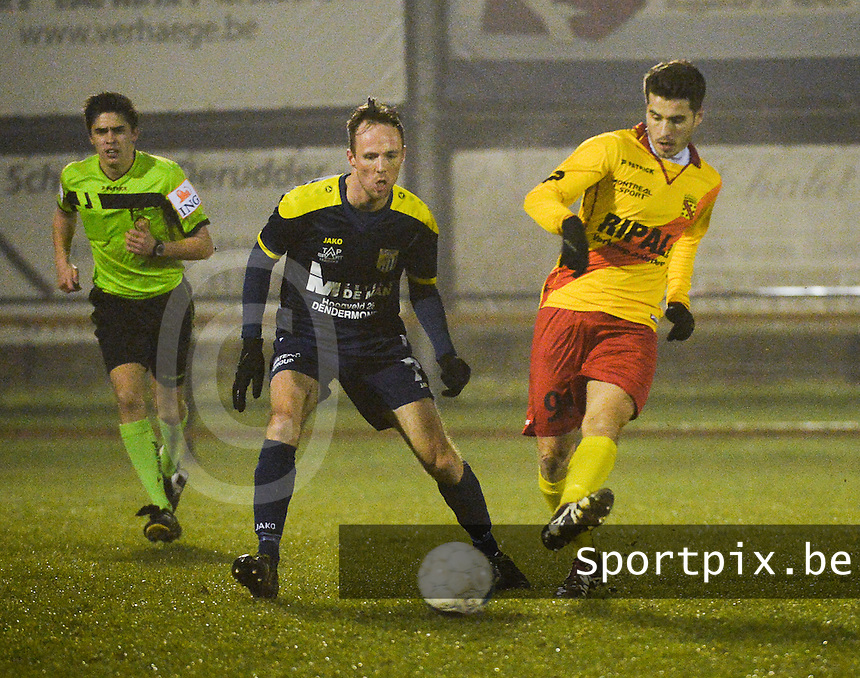 Eendracht Wervik - FC Lebbeke :<br /> Jan Dewinter (R) is sneller op de bal dan Enzo Neve (L)<br /> Foto VDB / Bart Vandenbroucke