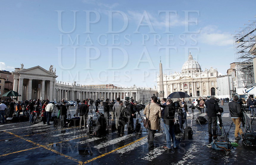 Giornalisti e troupes televisive di fronte a Piazza San Pietro, poche ore prima dell'apertura del Conclave per l'elezione del nuovo Papa, Citta' del Vaticano, 12 marzo 2013..Media gather outside St. Peter's square, hours before the opening of the Conclave for the election of the new Pope, Vatican City, 12 March 2013..UPDATE IMAGES PRESS/Riccardo De Luca STRICTLY FOR EDITORIAL USE ONLY - STRICTLY FOR EDITORIAL USE ONLY