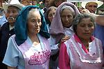 Mexico (06/02/2003): Indigenas migrantes del estado de Tlaxcala agrupados en la Union de ex-braceros del estado de Tlaxcala, marchan hacia la casa residencial de Los Pinos, el 06 de febrero de 2003, en demanda del pago del diez por ciento de sus salarios que les fueron retenidos desde 1942 hasta 1966 por los gobiernos de Mexico y Estados Unidos. / Mexico  (06/02/2003): Immigrant Indian workers from Tlaxcala state demonstrate during a rally in front of the official residence Los Pinos in Mexico City. Thousands of immigrants demand  to pay a 10 percent of their wages which were retained by the governments of United States and Mexico from the year 1942 to 1966..© Heriberto Rodriguez/NO ARCHIVO-NO ARCHIVE-ARCHIVIERUNG VERBOTEN!