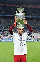 FUSSBALL EURO 2016 FINALE IN PARIS  Portugal - Frankreich          10.07.2016 Cristiano Ronaldo (Portugal) mit dem EM Pokal auf dem Kopf