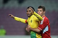 FUSSBALL   INTERNATIONAL   Testspiel    Albanien - Kamerun       14.11.2012 Samuel Eto o (li, Kamerun) gehalten von Andi Lila (Albanien)