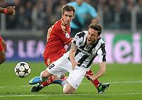 FUSSBALL  CHAMPIONS LEAGUE  VIERTELFINALE  RUECKSPIEL  2012/2013      Juventus Turin - FC Bayern Muenchen        10.04.2013 Philipp Lahm (li, FC Bayern Muenchen) gegen Claudio Marchisio (re, Juventus Turin)