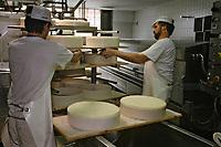 Europe/Suisse/Saanenland/Gstaad: Fabrication du gruyère de montagne à la laiterie de Gstaad- Fromagerie: Molkerei Gstaad