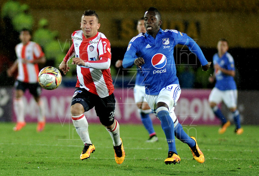 BOGOTA - COLOMBIA -27 - 04 - 2016: Deiver Machado (Der.) jugador de Millonarios disputa el balón con Leiner Escalante (Izq.) jugador de Atletico Junior, durante partido de la fecha 15 entre Millonarios y Atletico Junior, de la Liga Aguila I-2016, jugado en el estadio Nemesio Camacho El Campin de la ciudad de Bogota.   / Deiver Machado (R) player of Millonarios vies for the ball with Leiner Escalante (L) player of Atletico Junior, during a match between Millonarios and Atletico Junior, for the 15 date of the Liga Aguila I-2016 at the Nemesio Camacho El Campin Stadium in Bogota city, Photo: VizzorImage / Luis Ramirez / Staff.