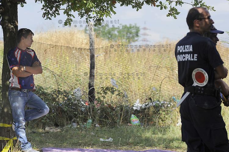Roma, 28 Luglio 2011.Via Giorgi de Chirico.Sgombero di un insediamento di Rom romeni alla presenza del sindaco Gianni Alemanno