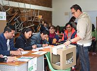 TUNJA - COLOMBIA - 02 - 10 - 2016: Ciudadanos acuden a las urnas para votar durante el Plebisto, escribiendo un nuevo capitulo en la historia del pais. Hoy los colombianos acuden a las urnas para decir SI o NO al acuerdo de Paz firmado entre el Gobierno y las Fuerzas Armadas Revolucionarias de Colombia Ejercito del Pueblo (FARC-EP) / Citizens go to the polls to vote writing a new chapter in the history of the country. Today Colombians go to the polls to say YES or NO to the peace agreement signed between the government and the Revolutionary Armed Forces of Colombia People's Army (FARC-EP) Photo: VizzorImage / Cesar Melgarejo / Cont.