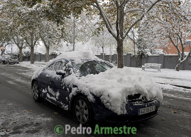 A car walk under heavy snow, on December 14, 2009 in Aranjuez, near Madrid, during the first snow fall of the season. (c)Pedro ARMESTRE