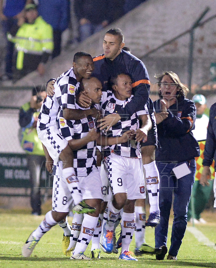 TUNJA -COLOMBIA, 06-02-2014. Jugadores de Boyacá Chicó celebran un gol en contra de Millonarios durante partido por la fecha 3 Liga Postobón I 2014 realizado en el estadio La Independencia en Tunja./ Players of Boyaca Chico celebrate a goal against Millonarios during match for the 3rd date of Postobon  League I 2014 played at La Independencia stadium in Tunja. Photo: VizzorImage/ Gabriel Aponte /Staff