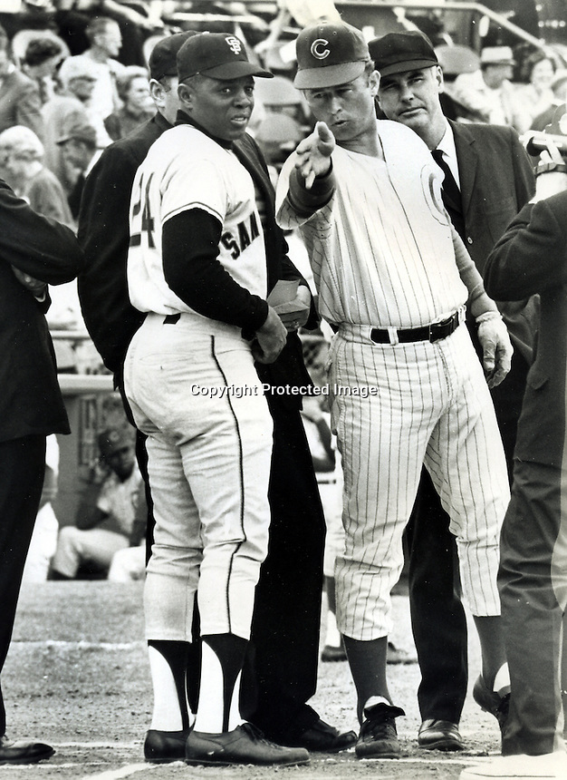 Giants Willie Mays and Cub's Ron Santo go over ground rules before game. (photo/ Ron Riesterer)