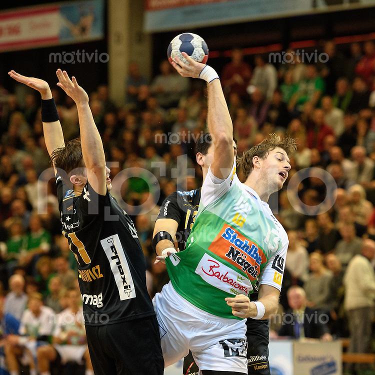 Niclas Barud (FAG) beim Wurf, zieht ab, links Roman Sidorowicz (Pfadi), hinten Filip Gavranovic (Pfadi)