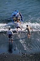 Europe/Espagne/Canaries/Lanzarote/Casas de El Golfo : Pêcheurs rentrant au port