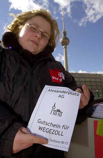 Demonstration gegen GATS in Berlin<br /> Unter dem Motto &quot;GATS: Stoppt diesen Kuhhandel - Gegen den Ausverkauf der Welt&quot; protestierten Mitglieder von attac, DGB-Jugend, Jusos und den JungdemokratInnen, am Donnerstag den 13. Februar 2003 auf dem Berliner Alexanderplatz gegen das weltweite Allgemeine Abkommen ueber den Handel mit Dienstleistungen (GATS). Sie kritisieren die Privatisierung von oeffentlichen Dienstleistungen, Energie und Wasser.<br /> 13.3.2003, Berlin<br /> Copyright: Christian-Ditsch.de<br /> [Inhaltsveraendernde Manipulation des Fotos nur nach ausdruecklicher Genehmigung des Fotografen. Vereinbarungen ueber Abtretung von Persoenlichkeitsrechten/Model Release der abgebildeten Person/Personen liegen nicht vor. NO MODEL RELEASE! Nur fuer Redaktionelle Zwecke. Don't publish without copyright Christian-Ditsch.de, Veroeffentlichung nur mit Fotografennennung, sowie gegen Honorar, MwSt. und Beleg. Konto: I N G - D i B a, IBAN DE58500105175400192269, BIC INGDDEFFXXX, Kontakt: post@christian-ditsch.de<br /> Bei der Bearbeitung der Dateiinformationen darf die Urheberkennzeichnung in den EXIF- und  IPTC-Daten nicht entfernt werden, diese sind in digitalen Medien nach &sect;95c UrhG rechtlich geschuetzt. Der Urhebervermerk wird gemaess &sect;13 UrhG verlangt.]