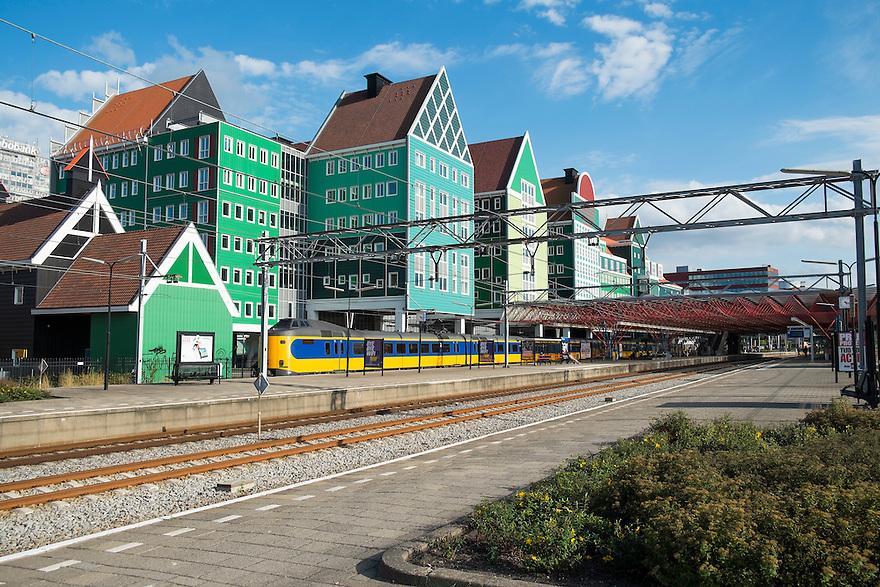 Nederland, Zaanstad, 8 sept  2013<br /> NS station Zaandam, Station en omgeving zijn geheel vernieuwd de laatste jaren. Het station is bijna geintegreerd in het nieuwe stadhuis van Zaanstad, dat geheel in zaanse stijl is gebouwd.<br /> Foto(c): Michiel Wijnbergh