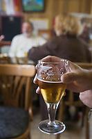 Europe/France/Nord-Pas-De-Calais/62/Pas-de-Calais/ Calais: Café du Mink, quai de la Colonne. Verre de bière blonde