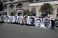 Manifestazione della Rete anti G8  davanti al Ministero dell'Economia  per protestare contro la responsabilità delle banche nella crisi economica e contro il G8..Demonstration of the Net anti G8 in front of the ministry of the Economy to protest against the responsibility of the banks in the economic crisis and against the G8..The portraits of the eight leaders of the G8.