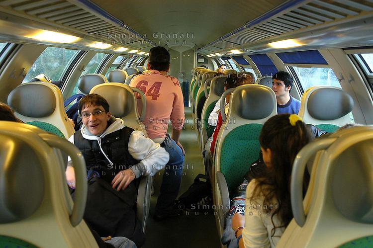 Roma,Ottobre 2005.Linea ferroviaria Roma-Nettuno..Rome, October 2005.Railway line Roma-Nettuno.Giovani studenti pendolari