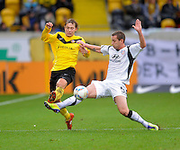 Fussball, 2. Bundesliga, Saison 2011/12, SG Dynamo Dresden - FSV Frankfurt, Sonntag (05.12.11), gluecksgas Stadion, Dresden. Dresdens Robert Koch (li.) gegen Frankfurts Manuel Konrad.