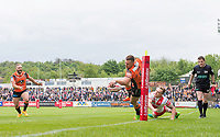Picture by Allan McKenzie/SWpix.com - 13/05/2017 - Rugby League - Ladbrokes Challenge Cup - Castleford Tigers v St Helens - The Mend A Hose Jungle, Castleford, England - St Helens's Lee Swift is unable to prevent Castleford's Greg Eden from going on to score a try.